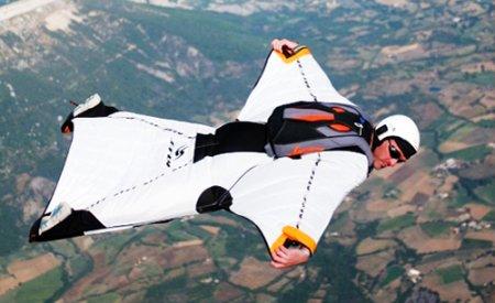 Kişi vertolyotdan paraşütsüz tullandı