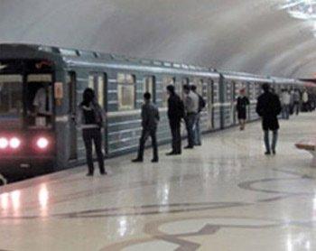 Azərbaycanda metronun qapısını tutmağa görə cərimə