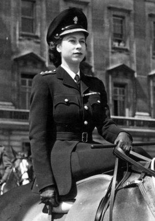 1945-ci ildə özünümüdafiə batalyonunda xidmət edib