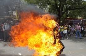 Pakistanda   «Quran» a  hörmətsizlik edən adamı  yandırdılar