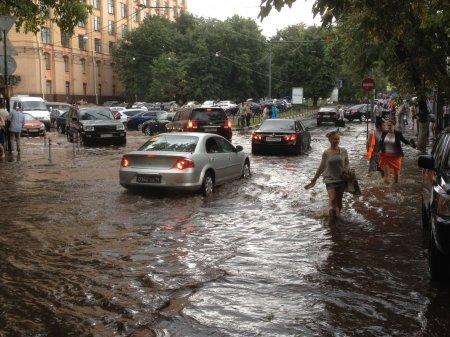 Güclü yağış nəticəsində Moskvanın mərkəzi küçələri su altında qaldı