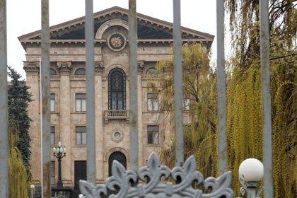 Ermənistan parlamenti qarşısında atışma olub