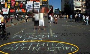 """Taksim meydanında  """"Putinə istefa """" yazısı"""