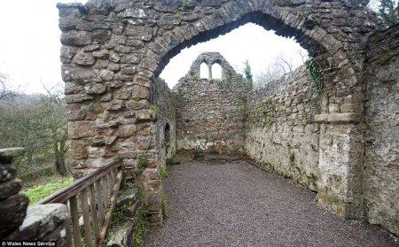 Britaniyada XII əsrin kilsəsi  bir funta satıldı