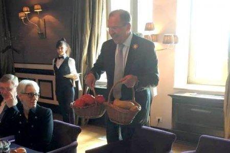 Kerri Lavrova portfel bağışladı