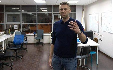 """Vergi müfəttişliyinin  """"çağırılmamış qonaqları""""  Navalnının ofisini yoxlamğa gəliblər"""