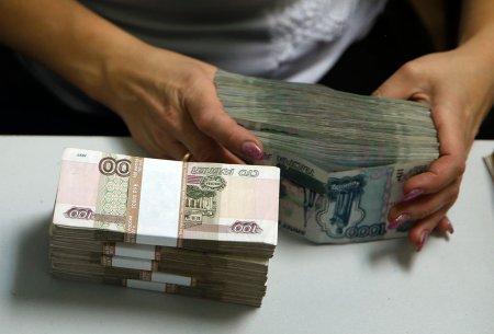 Dollar dekabrdan bu yana ilk dəfə 67 rubldan aşağı düşdü