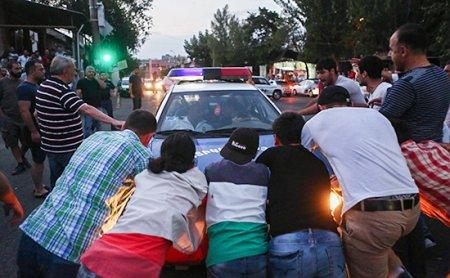 Yerevanda silahlılar tərəfindən zəbt edilmiş polis binası yaxınlığında qarşıdurma