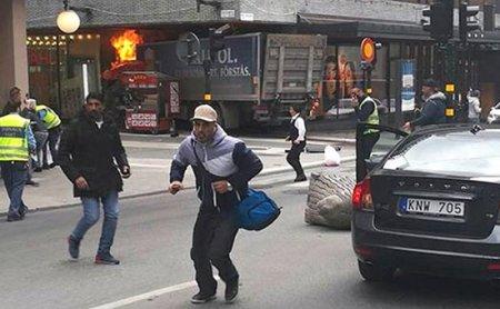 Stokholmda  sürücü yük maşınını adamların üstünə sürüb- 3 ölü