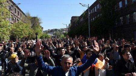 Yerevanda polislə nümayişçilər arasındakı qarşıdurmada 46 adam xəsarət alıb