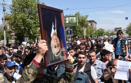 Etirazçılar Serj Sarqsyanı istefaya göndərdilər