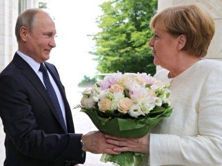 Putinin Merkelə  gül buketi bağışlamasını almanlar təhqir saydılar