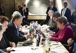 Poroşenko Merkeli Rusiyaya güclü təzyiq etməyə çağırdı