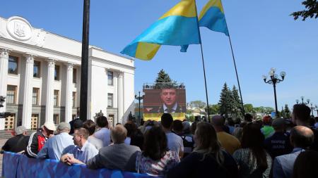 Ukraynada Zelenskinin istefası ilə bağlı petisiya imzalanır