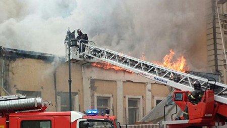 Moskvanın mərkəzində tarixi bina yandı
